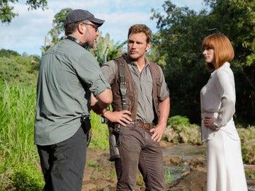 Colin Trevorrow junto a Chris Pratt y Bryce Dallas Howard