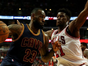 LeBron James intenta zafarse de la defensa de Jimmy Butler