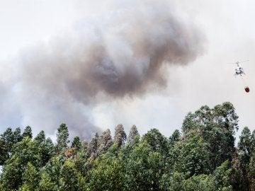 Un helicóptero combate el fuego en Ansiao (Portugal)