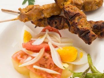 Pinchos andaluces  con guindillas fritas y ensalada del barco