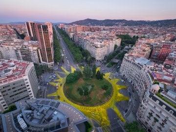 Greenpeace pinta un gran sol en plaza de Barcelona en apoyo a las renovables