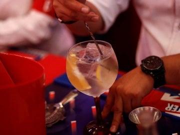 Un camarero sirve un gin tonic