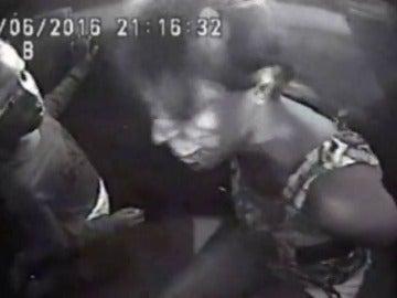 """""""Está bien mamá, no llores"""", una niña de 4 años consuela a su madre después de que la policía disparara a su pareja"""