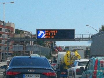El error en uno de los carteles luminosos de la avenida Meridiana de Barcelona: 'Drogas por la derecha'