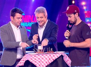 Jan Köppen, presentador de 'Ninja Warrior' Alemania, se mide con Arturo Valls en el juego de las salchichas picantes