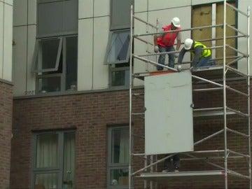 Comienzan a retirar las placas de polietileno de las fachadas del Reino Unido