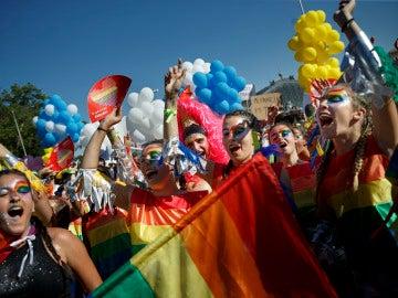 Chicas bailando en la celebración del Orgullo Gay en Madrid
