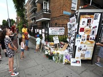 Flores y pancartas para las víctimas de Grenfell