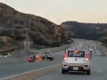 Un motorista provoca un grave accidente tras propinar una patada a un coche