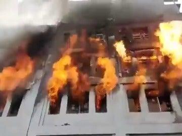 Varios muertos en un incendio en una nave de material de ferretería en el centro de Lima