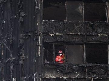 Un bombero inspecciona los restos de la Torre Grenfell en Londres