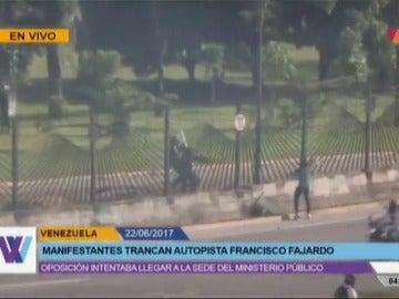 Un joven de 22 años, muerto por disparos a quemarropa de un policía en una manifestación opositora en Caracas