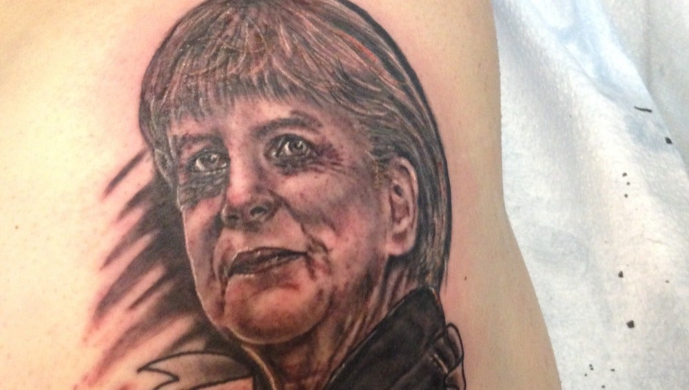 Un joven se tatúa la cara de Merkel en el trasero