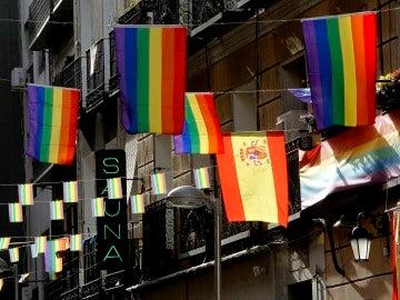 Calle del barrio de Chueca adornada con banderas arcoíris