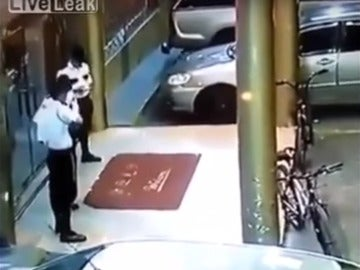 Un guardia bromea con un rifle