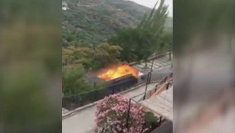 Un camión recorre dos kilómetros con el remolque ardiendo