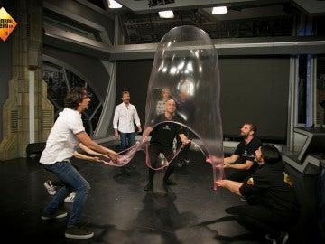 Marron consigue crear la pompa de chicle más grande del mundo