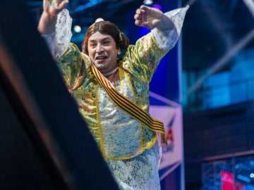 Arturo Valls se enfrenta a los obstáculos de 'Ninja Warrior' vestido de fallera