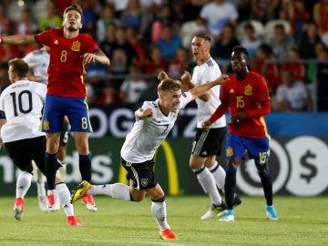 Los jugadores alemanes celebran su victoria en el Europeo ante España