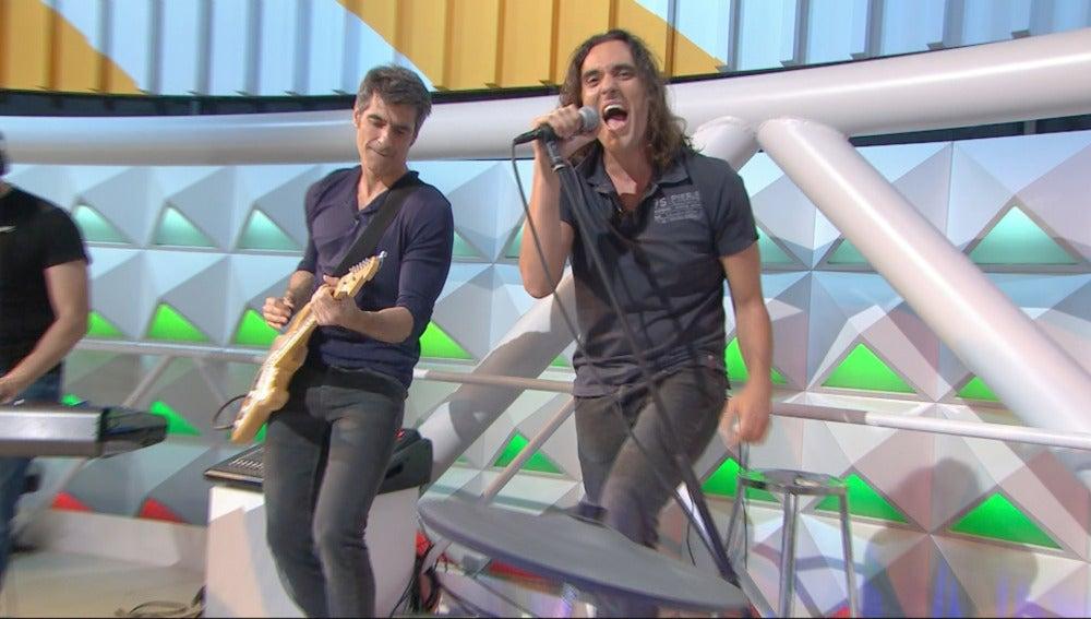 Jorge Fernández celebra la vida con música tocando junto a la banda