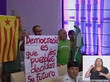 Miembros del Sindicato Andaluz de Trabajadores exhiben una estelada y son desalojados