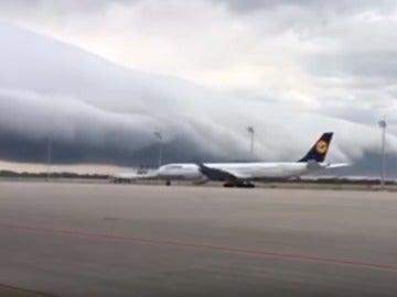 Una enorme nube cilíndrica sobre el aeropuerto de Múnich