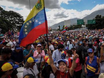 Manifestantes opositores participan en una marcha en Caracas