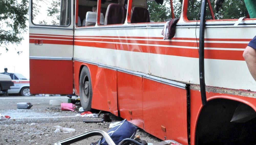 Imagen de archivo del estado en el que quedó un autobús de pasajeros tras chocar con un camión cisterna en Rusia en el año 2009