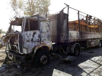 Un camión completamente quemado tras una explosión