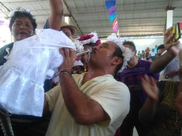 El alcalde de Oaxaca sostiene a su novia, un caimán