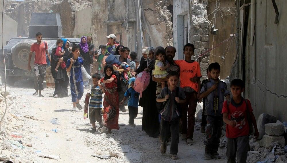 Cientos de civiles huyen de Mosul