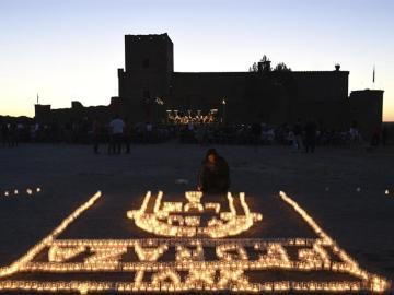 Pedraza llena de velas