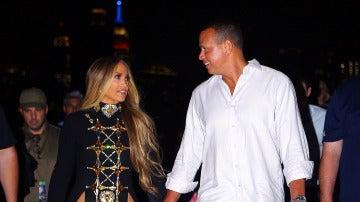 Jennifer Lopez pasea junto a su novio Álex Rodríguez por las calles de Nueva York