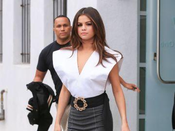 Selena Gomez con una blusa con grandes aperturas laterales
