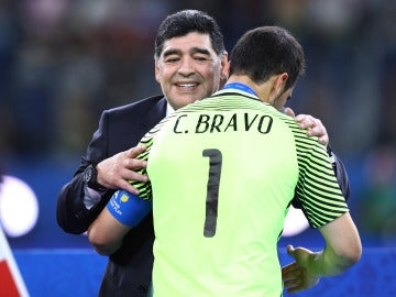 Maradona consuela a Claudio Bravo tras la final de la Copa Confederaciones
