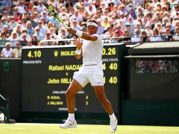 Rafa Nadal golpea un 'drive' en su debut en Wimbledon ante John Millman