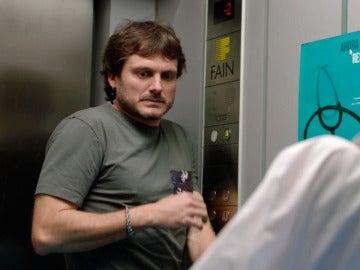 Carmen y Jozé entran en pánico, se han quedado atrapados en el ascensor