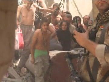 Soldados iraquíes obligan a desnudarse a los habitantes de Mosul por miedo a los ataques suicidas