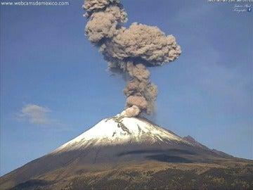 La última erupción del Popocatepetl provoca una columna de cenizas de más de 2.000 metros de altura