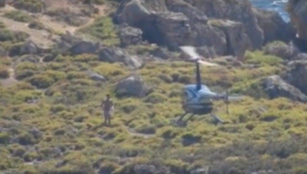 El bañista subiéndose al helicóptero