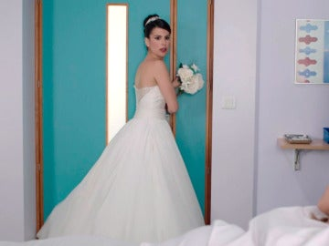 Trini huye del altar y se esconde en la habitación de Carmen