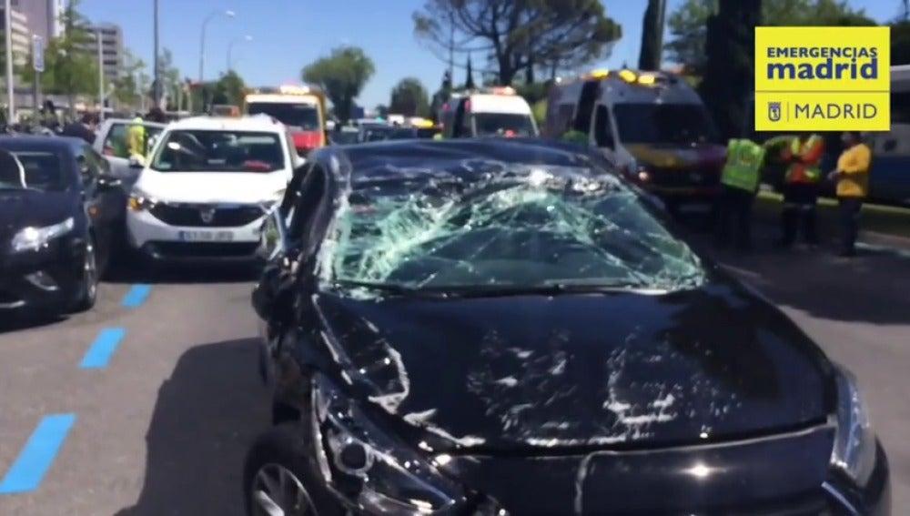 Un coche de Uber choca contra dos taxis