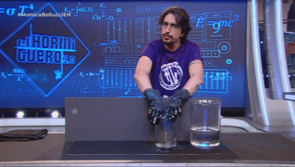 Marron hace magia con su ciencia y una matrioska invisible