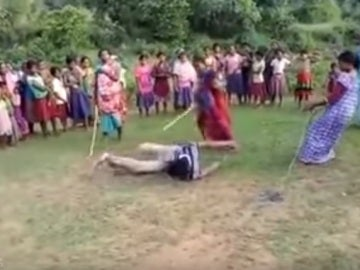 Apalean a un hombre en la India