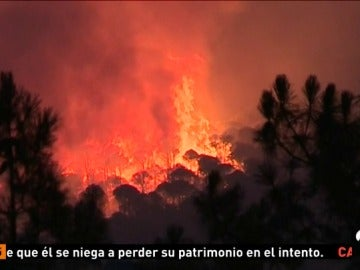 El incendio de Riotinto, en Huelva, sigue sin control, aunque ha dado un ligero respiro durante la noche