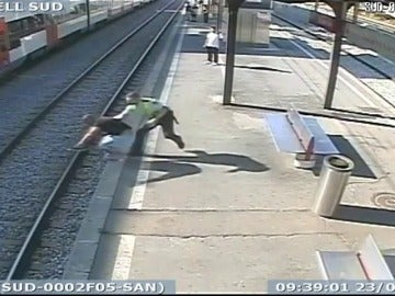 Se lanza a las vías del tren y agrede a la persona que intenta salvarle