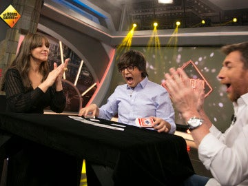 Luis Piedrahita deja sin palabras a Mónica Bellucci con un infalible truco de cartas
