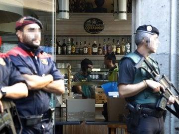 Efectivos de la Guardia Civil y los Mossos d'Esquadra durante el registro