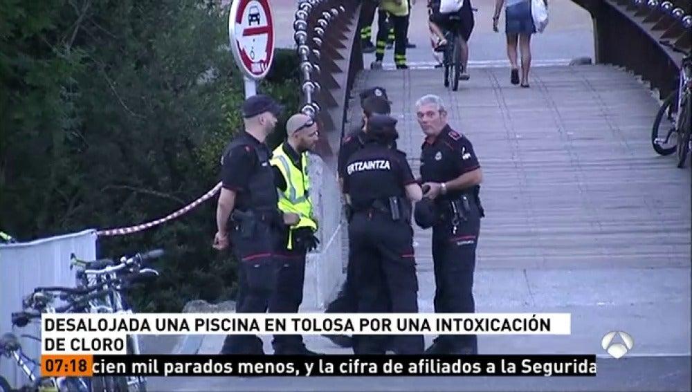 Atienden a un centenar de personas por un escape tóxico en una piscina en Tolosa