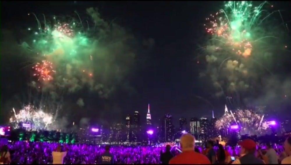 Los fuegos del Día de la Independencia llenan de color la noche de Nueva York